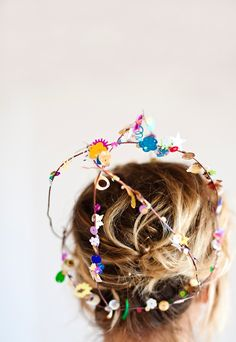 This DIY crown is made with wire, spray glue, and confetti. This project is super easy and a fun way for the birthday girl to dress up on her special day! Diy Birthday, Birthday Crowns, Birthday Parties, Birthday Celebration, Diy Party Hats, Party Favors, Diy Crown, Hat Crafts, Diy Crafts For Kids