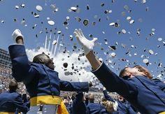 Air Force Academy graduates. Les nouveaux diplômés de l'académie de l'armée de l'air américaine célèbrent la fin de leur cursus pendant qu'un escadron de F-16 les survole.