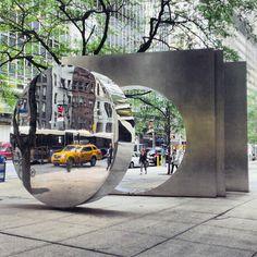 "La sculpture de Yuyu Yang, ""East West Gate"" 88 Pine Street"