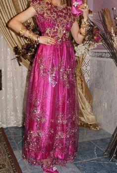 """La """"Blouza wahrania"""" ou """"Blousa"""" : la robe de la ville d'Oran et d'une grande partie de l'Oranie (Algérie) / """"Blouza wahrania"""" or """"Blousa"""" : dress from the city of Oran and its region (Algeria) Elle se compose d'un voile de mousseline ou de dentelle brodé ; et d'un long jupon appelé """"jaltita"""". Elle s'attache avec une ceinture, la mode est aux ceintures en tissu brodées. Elle est généralement brodée de perles au niveau du decolleté (ssder), du dos (dhar) et des bras"""