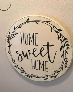 Home Sweet Home Round Wood sign - Farmhouse Decor - Rustic Decor - Home Decor. Wood Crafts To Sell Home Decor. Farmhouse Style Kitchen, Modern Farmhouse Kitchens, Rustic Farmhouse Decor, Rustic Decor, Kitchen Dining, Sweet Home, Posca, Rustic Feel, Rustic Chic