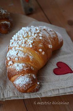 Lo so che ultimamente sono un po' latitante dal blog, ma appena posso lo avrete visto pubblico qualcosina e comunque passo sempre a curiosarvi ed a lasciarvi un salutino.... Queste brioche non le ho p Croissants, Mini Desserts, No Bake Desserts, Beignets, Croissant Recipe, Easy Holiday Recipes, Sweet Buns, Torte Cake, Cupcakes