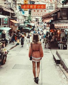 This time last year, wandering the streets of Hong Kong with @melissafindley 🍜🇭🇰 #lifewelltravelled #faithfulltravels
