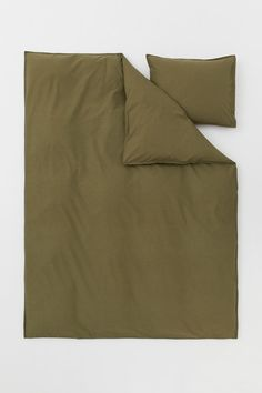 Single duvet cover set in closely-woven organic cotton in yarn with a thread count of 144 that has been washed for an extra soft feel. One pillowcase. Bedroom Inspo, Home Bedroom, Duvet Sets, Duvet Cover Sets, Green Duvet Covers, Lit Simple, Single Duvet Cover, H&m Home, Cotton Duvet