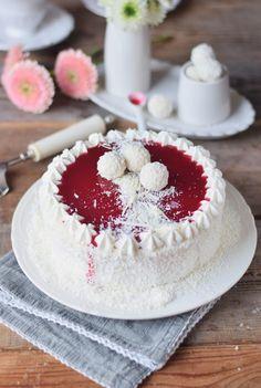 Kokos Mousse Torte mit Himbeer Mousse Kern und weißer Schokolade - Fruchtige Raffeelo Torte (5)