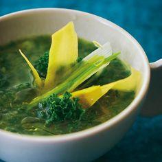 Nettoyer tous les légumes, les couper en petits tronçons (retirer les tiges dures de kale et ciseler les feuilles). Cuire tous les légumes (conserver une ca