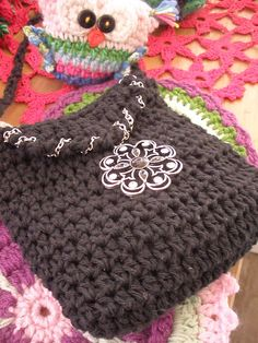 Beautiful Crocheted Bag. I love the way a chain is used on the flap along with the pretty pendant. Great recycling idea! from http://entretejiendocaminos.blogspot.ie/