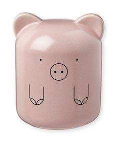 Un adorable petit cochon deviendra le gardien des petites pièces précieusement économisées !Une jolie petite tirelire en céramique qui ravira vos bambins, signéeBandjo.    Existe également en chat bleu. Un caoutchouc permet de récupérer à tout moment les précieuses économies !    H : 11 cm. D : 8,5 cm.   24,90 € http://www.lafolleadresse.com/decoration-enfant/3546-tirelire-cochon-en-porcelaine-rose-bandjo.html