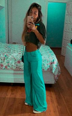 Musa do estilo: Maria Vasques - Guita Moda. Cropped top cinza, calça wide leg de cintura alta, calça flare com tênis. #lookscomtenis Saint Tropez, Jennifer Lopez, Bell Bottoms, Bell Bottom Jeans, Mom Jeans, Ideias Fashion, Casual, Tops, Pants