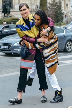 Tommy Ton Shoots the Best Street Style at the Fall Shows Street Style Trends, Autumn Street Style, Street Style Women, Cool Street Fashion, Street Chic, Tommy Ton, Colourful Outfits, Colorful Clothes, Petite Fashion