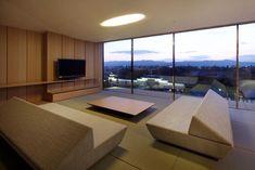 70 moderne, innovative Luxus Interieur Ideen fürs Wohnzimmer - minimalistisch design wohnbereich holztisch grosse fenster