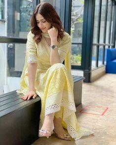 Beautiful Pakistani Dresses, Pakistani Dress Design, Indian Dresses, Indian Outfits, Deepika Padukone Dresses, Simple Dresses, Casual Dresses, Simple Kurti Designs, Indian Designer Suits