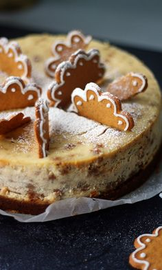 Tässä juustokakussa on piparia pohjassa, täytteessä ja koristeissa. Christmas Desserts, Christmas Treats, Christmas Baking, Köstliche Desserts, Delicious Desserts, Baking Recipes, Cake Recipes, Scandinavian Food, Piece Of Cakes
