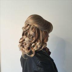 Short hair half up half down Curled Wedding Hair, Short Wedding Hair, Wedding Hairstyles Half Up Half Down, Half Up Half Down Hair, Curl Styles, Short Hair Styles, Up Hairstyles, Wedding Makeup, Curls