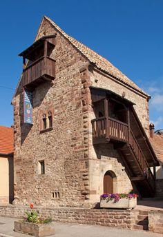 La Maison Romane, construite en 1154, est l'un des plus anciens témoignages d'architecture civile médiévale en Alsace. Son plan carré, ses pierres en grès à bossage et ses petites ouvertures lui donnent un aspect de tour fortifiée qui rappelle les châteaux forts du Moyen Age.Classée monument historique depuis 1922, restaurée en 2000-2001, la Maison Romane vous accueille pour vous conter ses origines et la vie à l'époque de sa construction, un univers peuplé d'animaux extraordinaires, de ...