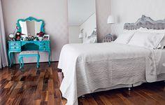 A cama e a penteadeira antigas foram reformadas pelo Ateliando. Repaginado com laca azul-turquesa, o móvel guarda, além de cosméticos, objetos pessoais da moradora Camila Salek e foto de suas filhas. É um ponto de cor no quarto neutro.