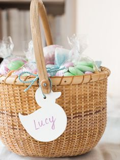 How to make cute wipe-off tags for your kids' #easter baskets. #crafts
