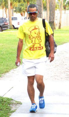 キャンプインから30日連続で異なるデザインのTシャツで球場入りしたイチロー=ジュピター(撮影・小林信行)