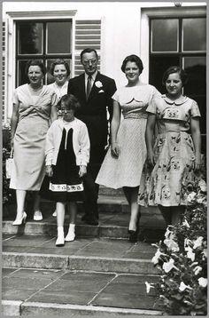 Het koninklijk gezin. Van links naar rechts: koningin Juliana, prinses Beatrix, prinses Marijke, prins Bernhard, prinses Irene en prinses Margriet