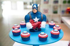 Decoração de mesa para o bolo e docinhos decorados para Capitão América, em Os Vingadores - Miguel 03 anos