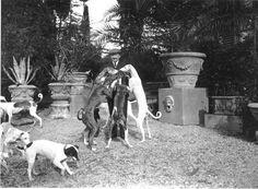 d'annunzio la duse - un momento di spensieratezza di D'Annunzio ritratto mentre gioca con i suoi adorati cani