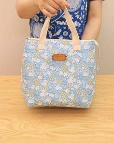Patchwork Bags, Quilted Bag, Patchwork Designs, Diy Tote Bag, Diy Purse, Fabric Handbags, Fabric Bags, Diy Bags Patterns, Bag Sewing Patterns