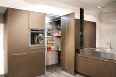 Op zoek naar een bruine keuken met zeer brede handgrepen, bekijk dan zeker de Snaidero Opera eens.