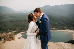 Rattlesnake Ridge Wedding //A journey up a mountain to witness two lovely humans commit to spending the rest of their lives together in a wedding ceremony.