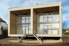 Wohnen am Templiner See, Schwebendes Doppelhaus. Gartenansicht, große Terrassen und Fensterflächen Minimalism, Outdoor Decor, Home Decor, Architects, Porches, Windows, Projects, Homes, House