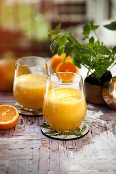Little Miss Sunshine. Solgul och len juice på apelsin, mango, mynta och med en frisk touch av lime. Recipe: Mari Bergman, Photo & Styling: Sanna Livijn Wexell.
