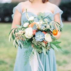 This charming North Carolina wedding is full of amazing floral designs and special details! Photo: Callie Davis of Nancy Ray Photography