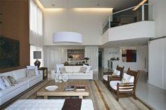 Pé-direito duplo (5,50 m) e áreas integradas. Neste living, a designer de i...