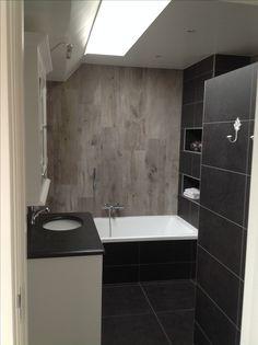 Landelijke badkamer. Houtlooktegels gecombineerd met donkere tegels ...