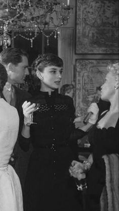 Audrey Hepburn at a party honouring her return to London after filming of Roman Holiday-1953- De me gusta