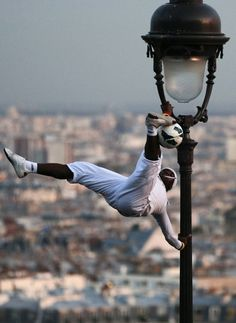 freestyle footbal at montmartre (Paris)