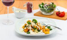 Eine Urlaubsliebe, die nie vergeht? Gnocchi! Wir genießen die italienische Köstlichkeit mit einer leichten Käsesauce und frischem Blattspinat. Wenn Kinder mitessen: Einfach den Weißwein durch Gemüsebrühe ersetzen. Gnocchi, Yummy Food, Recipes, Fresh, Simple, Kids, Delicious Food, Rezepte, Food Recipes