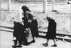 Hongaarse Joodse kinderen met hun moeder op weg naar de gaskamer