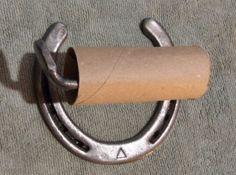 Soporte de papel higiénico hecho de herraduras usado