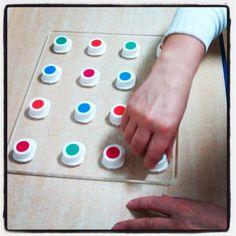Cuantas veces hacemos este gesto en nuestra vida diaria? al abrir una botella, un cartón de leche, etc. necesitamos movimientos más selectivo en muñeca y dedos. Este tablero de tapones es un ejemplo de como lo trabajamos y/o reentrenamos. Nos sirve también para trabajar aspectos cognitivos y perceptivos Occupational Therapy, Life Skills, Triangle, Blog, Plugs, Bottle, Fingers, Milk, Board