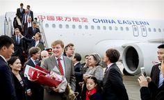 SHANGHAI - Koningin Máxima is dinsdagmiddag niet bij de ontvangst van de Nederlandse gemeenschap in het Four Seasons-hotel in Shanghai. De koningin, die een nierbekkenontsteking heeft, had de afgelopen twee dagen de meeste programma-onderdelen van het staatsbezoek aan China overgeslagen. (Lees verder…)