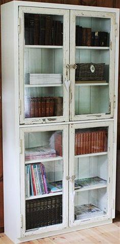 Skap av gamle vinduer - Lilly is Love Cabinet Furniture, Wood Furniture, Furniture Design, Glass Cabinet Doors, Glass Shelves, Book Shelves, Glass Door, Interior Design Tips, Interior Decorating