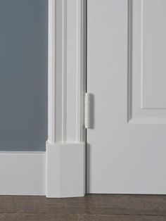 Deurlijst 1928 en plint Baseboard Styles, Baseboard Trim, Baseboards, Interior Door Trim, Interior Windows, Grey Hallway, Lillehammer, Door Trims, Windows And Doors