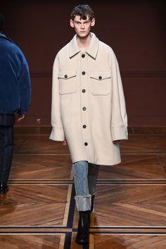Wooyoungmi Fall 2018 Menswear Fashion Show Collection: See the complete Wooyoungmi Fall 2018 Menswear collection. Look 26 Mens Fashion 2018, Modern Mens Fashion, Mens Fashion Blazer, Latest Mens Fashion, Men's Fashion, Fashion Coat, Runway Fashion, Fall Fashion Trends, Autumn Fashion