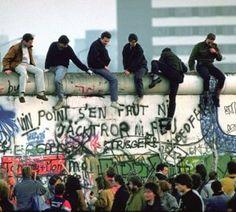 de val van de Berlijnse muur. hier klimmen wat vrienden over de Berlijnse muur naar oost of west Berlijn