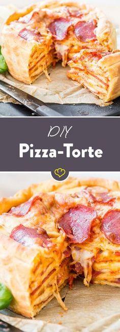 Eine Pizza ist gut, zwei Pizzen sind besser, ein ganzer Pizza Cake ist ein Traum aus Knusperboden, fruchtiger Tomatensauce und schmelzendem Mozzarella!