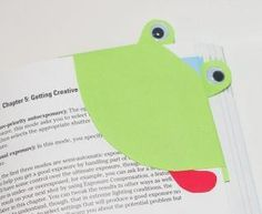 Is dad or grandpa an avid reader? Here's a cute frog bookmark that's a great craft for the kids for Father's Day!