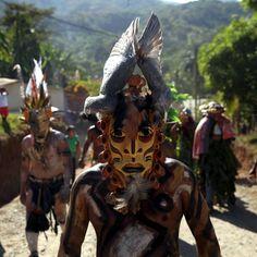 Un uomo con la maschera di un toro durante El Juego De Los Diablitos, uno dei più importanti festival della cultura Boruca, una popolazione indigena del Costa Rica, durante il quale uomini vestiti da diavolo inseguono un uomo vestito da toro, che simboleggia l'invasore spagnolo