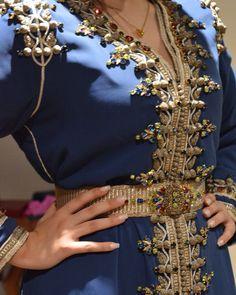 L'image contient peut-être : une personne ou plus Morrocan Dress, Moroccan Caftan, Hijab Dress Party, Hijab Outfit, Choice Fashion, Stylish Suit, Couture Embroidery, Caftan Dress, Couture Dresses