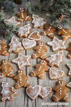 Pepperkaker med melisdryss | Det søte liv Gingerbread Cookies, Desserts, Food, Baking Soda, Gingerbread Cupcakes, Tailgate Desserts, Deserts, Eten, Postres