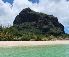 Blick auf den Le Morne Brabant #taipan_mauritius #mauritius #beachcomber Mauritius, Hotels, Strand, Water, Outdoor Decor, Tropical Paradise, Ocean, Gripe Water
